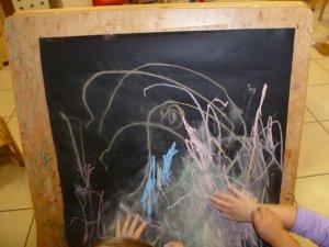 Bambini che disegnao alla lavagna