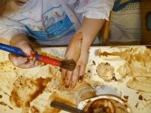 Mani di bambini in un laboratorio di pittura