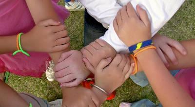 Mani intrecciate di bambini