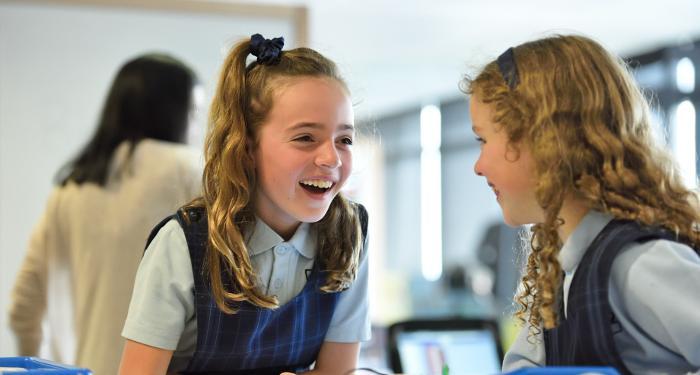 Due bambine di una scuola primaria.